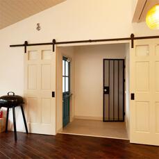 笑顔あふれる住まい。毎日が楽しくて仕方ない。POINT.02 玄関にも大容量の収納スペースを確保し、ダッチドアでひと工夫!イメージ01