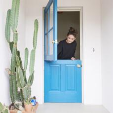 笑顔あふれる住まい。毎日が楽しくて仕方ない。POINT.02 玄関にも大容量の収納スペースを確保し、ダッチドアでひと工夫!イメージ02
