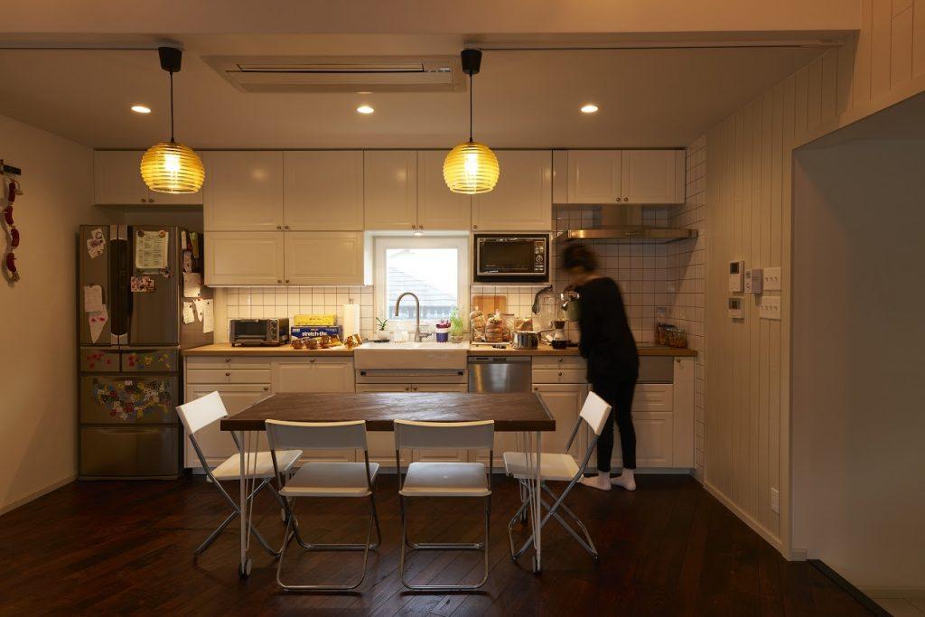 キッチンのシンクのある中央には小窓