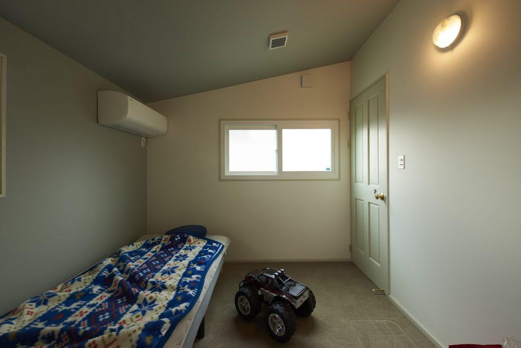 2階の天井の低さを解消するため1階の階段横エリアを全て一段下げた設計に