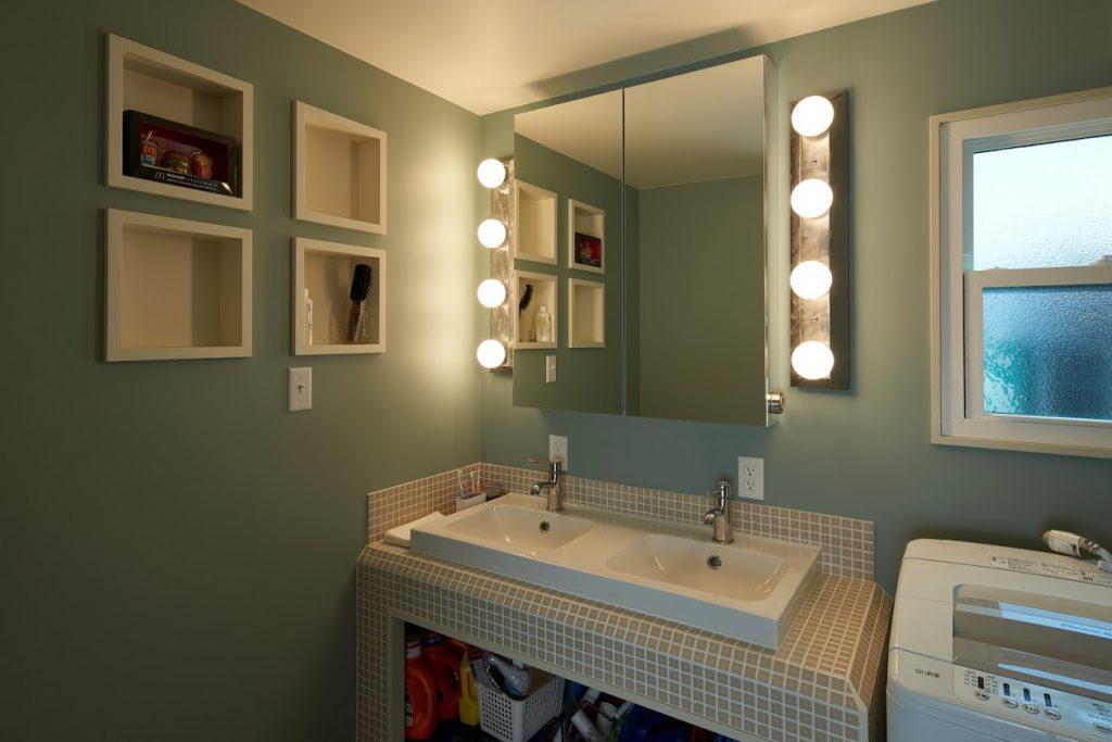 お施主様の手作りのライトが施された洗面スペース