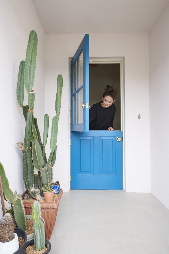 玄関扉を上下が分かれたダッチドアに造作